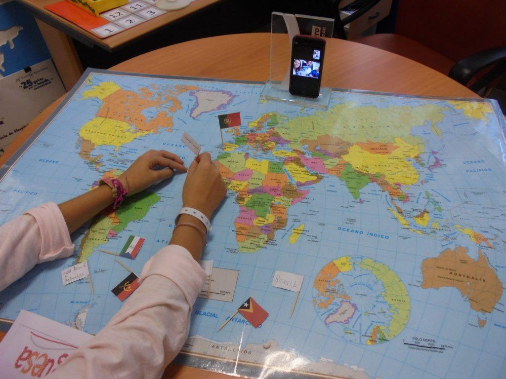 Aluna com mapa mundo - TeleAula com IPO