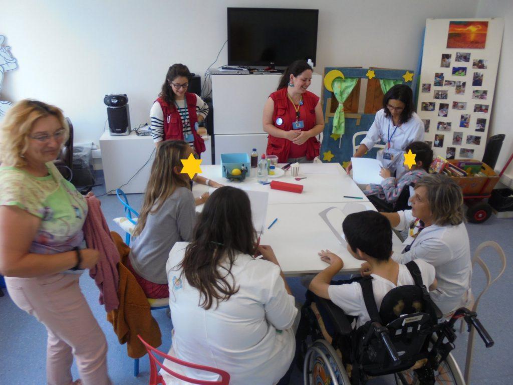 Alunos, professoras e educadoras com visitantes do Pavilhão do conhecimento