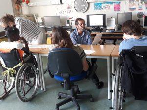 O professor conta a história do 5 de Outubro aos alunos