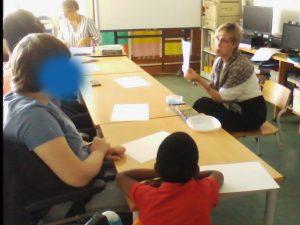 A professora conta a história e mostra o livro aos alunos