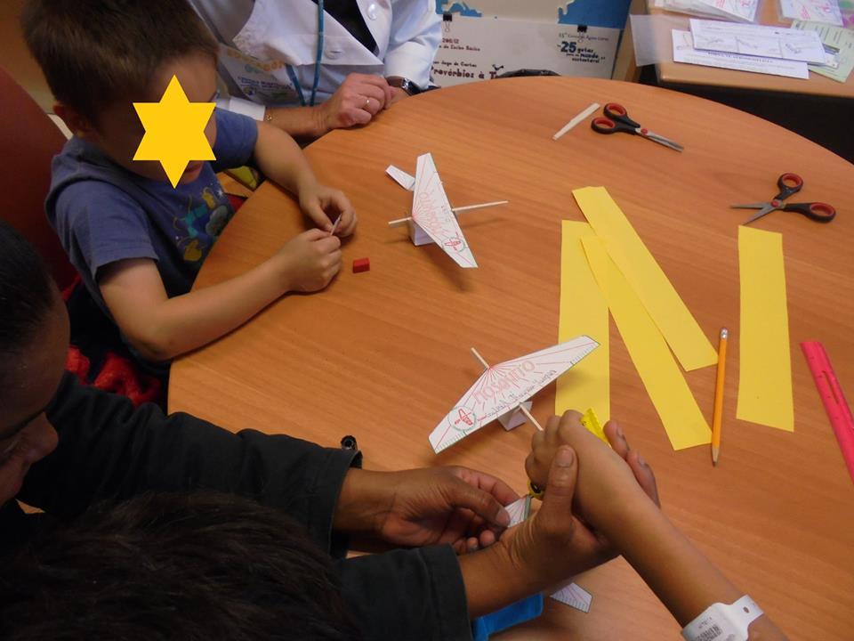 Alunos ajudam-se mutuamente a construir aviões