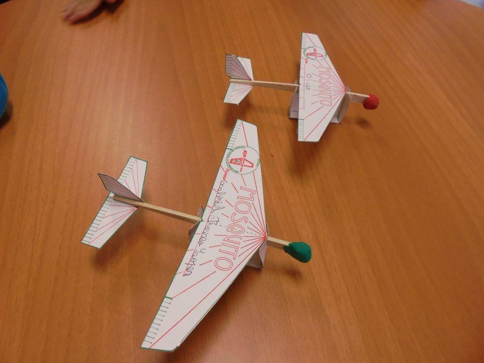 Mesa com aviões tipo Mosquito