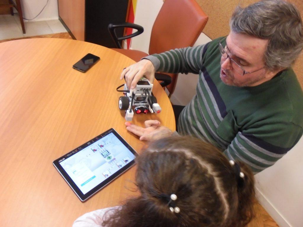 Professor Paulo explica funcionamento dos sensores do robot a aluna