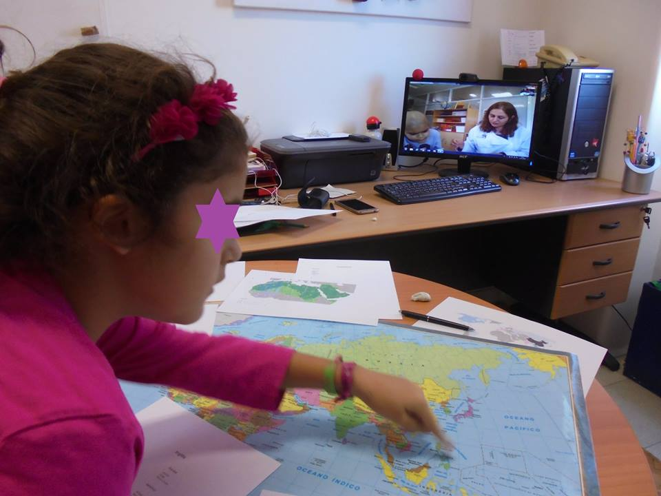 Aluna trabalha sobre o mapa-mundi em TeleAula com o IPO