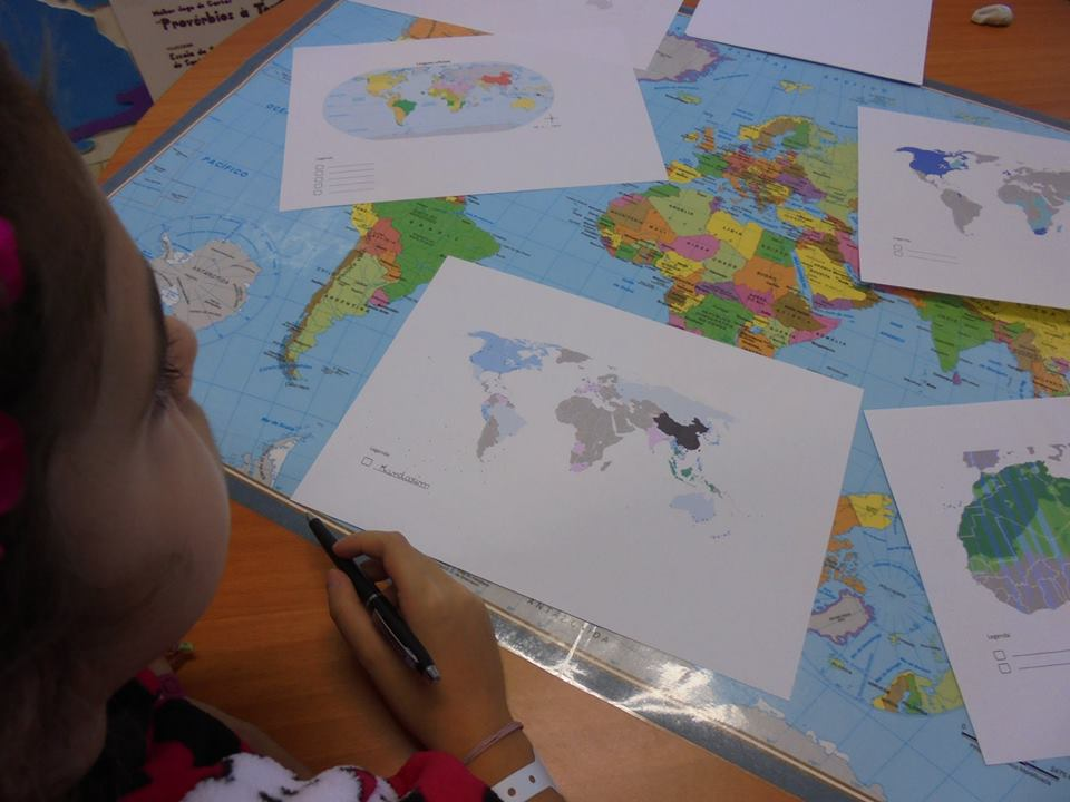 Aluna trabalha sobre o mapa-mundi