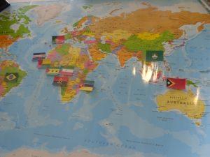 Mapa mundo com bandeiras