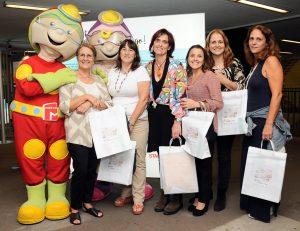 Professoras e profissionais do IPO com mascotes do metro