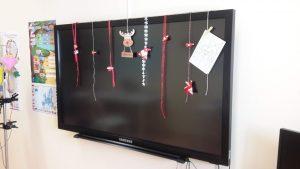 Decorações de Natal sobre o ecrã da escola