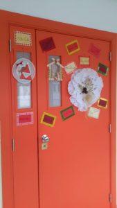 Decorações de Natal na porta da escola
