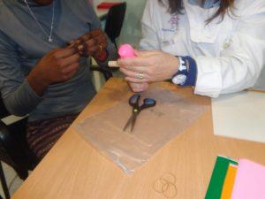 Criação de instrumentos musicais com tubos plásticos e balão