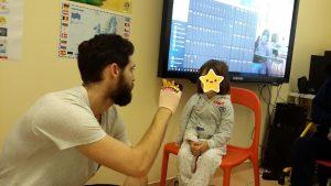 Animador do Museu da Marioneta com aluna