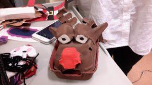 Marioneta Rodolfo do nariz vermelho feita com caixa de ovos