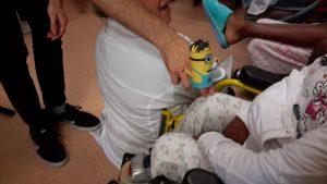 Marioneta Minion e alunos
