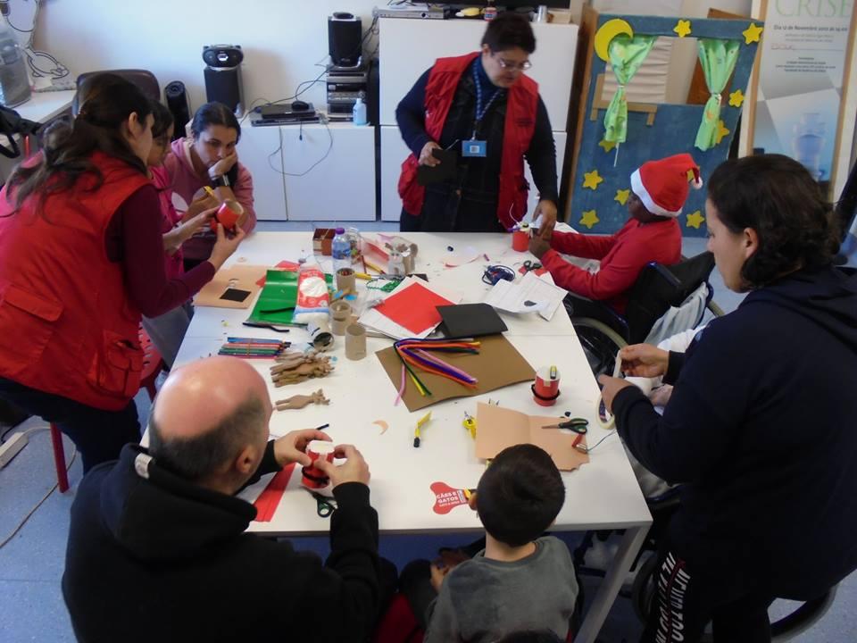 Alunos, pais, animadores e professores com mesa de materiais
