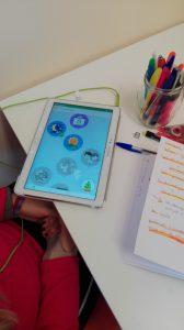 Aluna com tablet