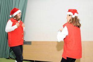 Duas educadoras/professoras dançam o vira