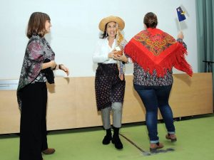 Professoras/educadoras interpretam dança folclórica
