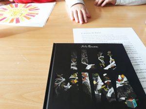 """O livro """"Ilumina"""" à espera de ser explorado pelas alunas"""