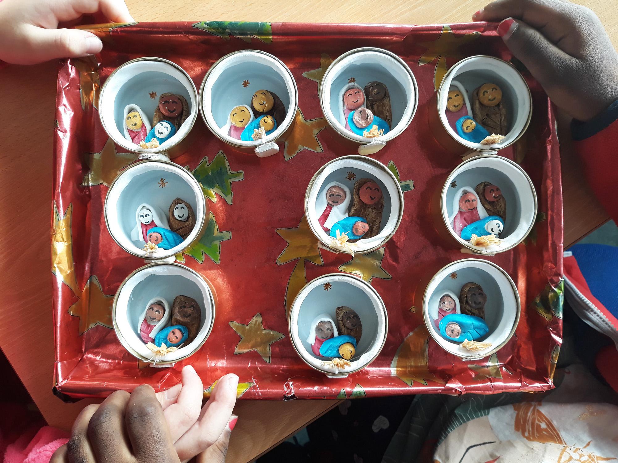 O trabalho final dentro de um tabuleiro natalício pronto para oferecer.