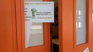 A porta da escolinha com cartazes sobre segurança na internet