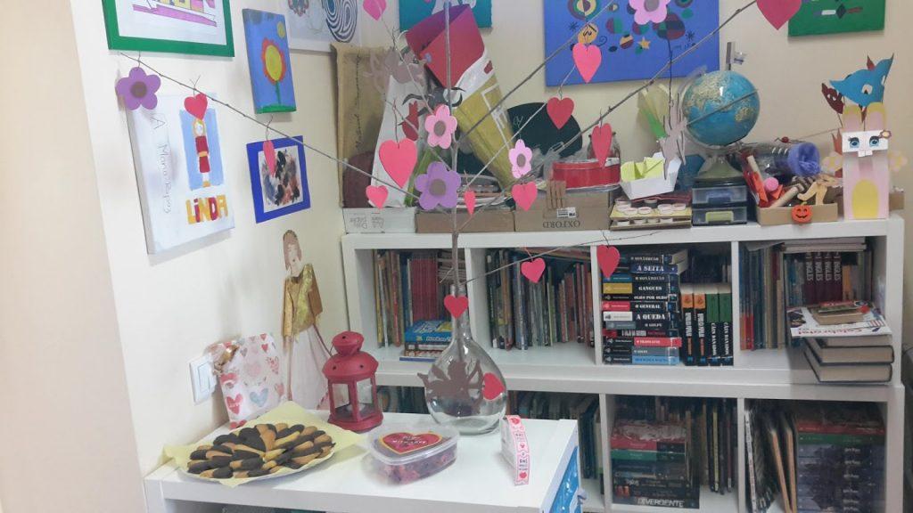 Comida e corações e flores de papel