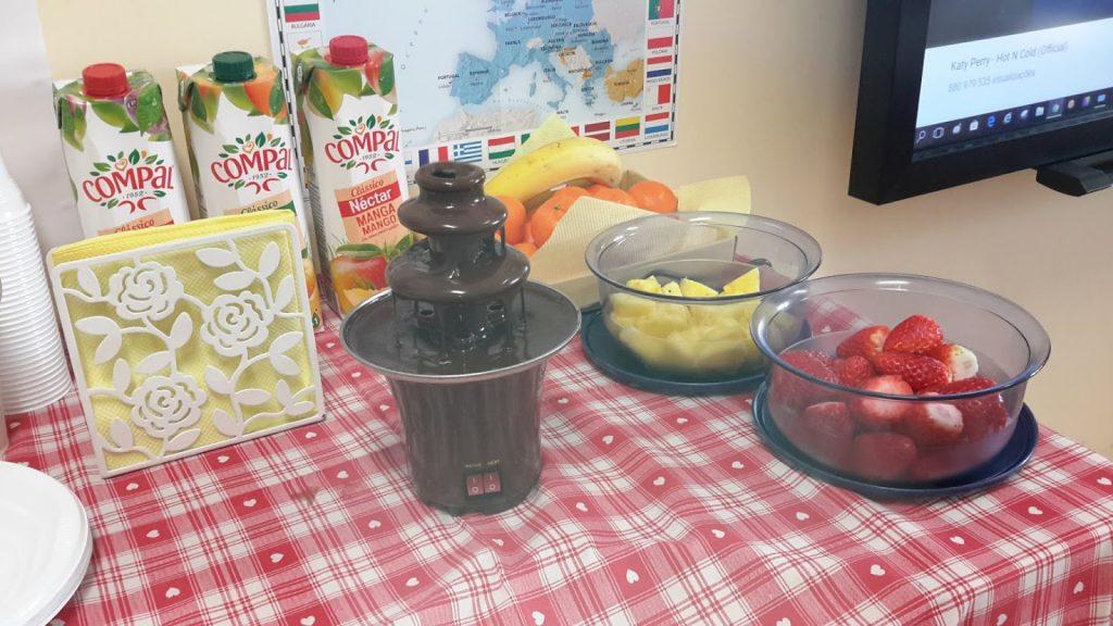 Fonte de chocolate com morangos e ananás