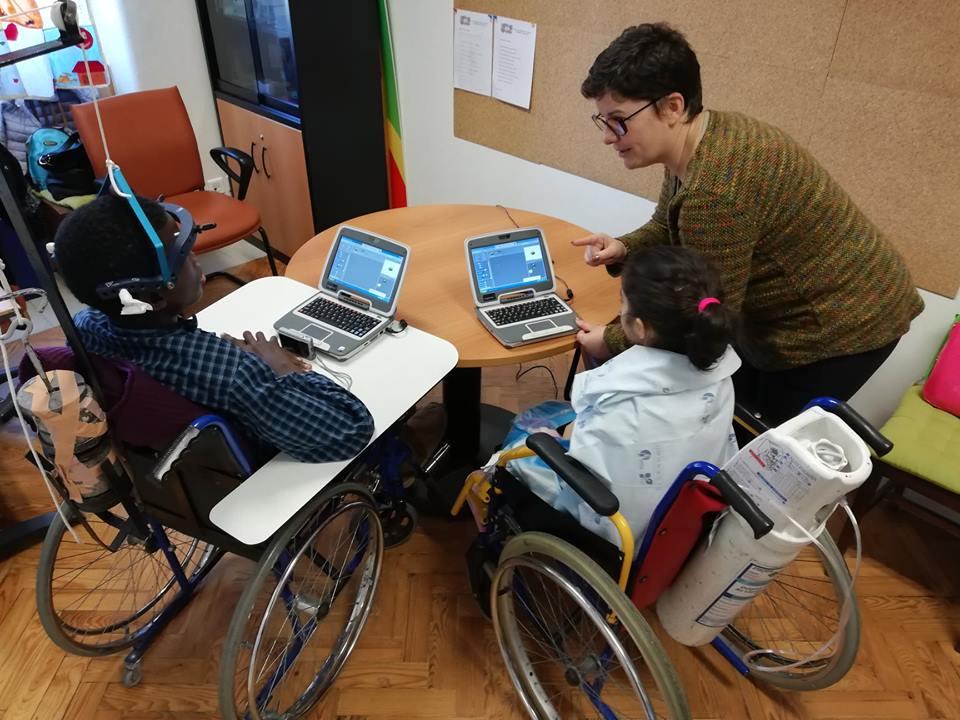 Alunos e professora programam em Scratch