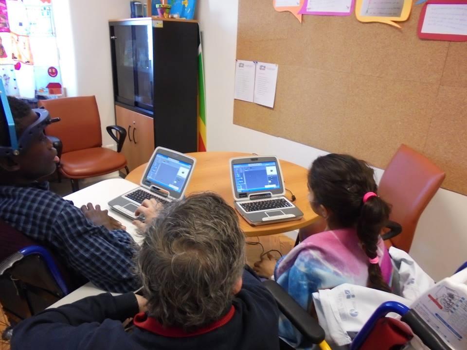 Alunos e professor programam em Scratch