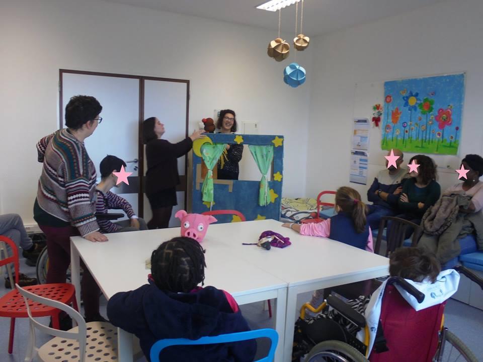 Filipa, Matilde, alunos, pais e professora e teatrinho de marionetas