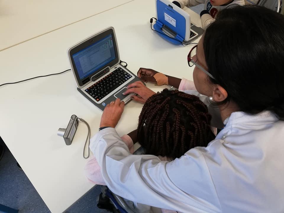Aluna e professora programam em Scratch