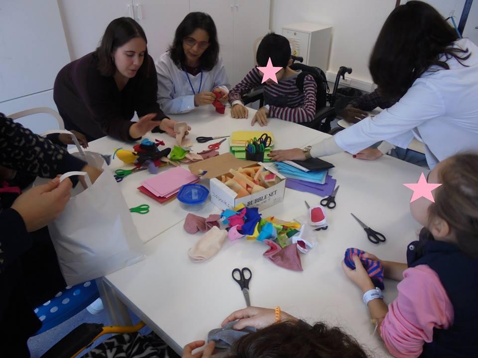 Filipa, Matilde, alunos, professora e materiais para marionetas