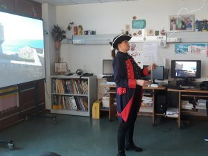 O comandante lê uma folha com as provisões para o forte.