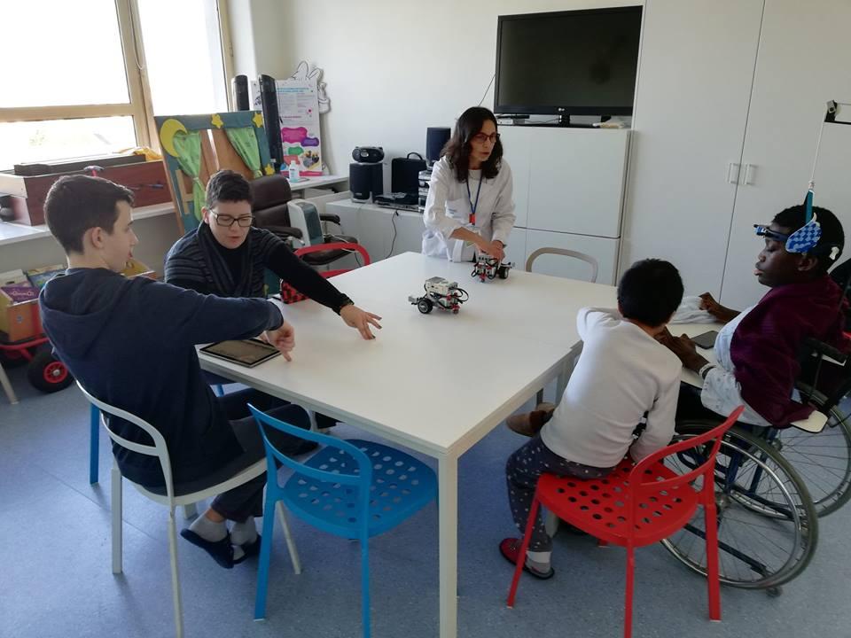 Professoras Diana e Sara, robots e alunos
