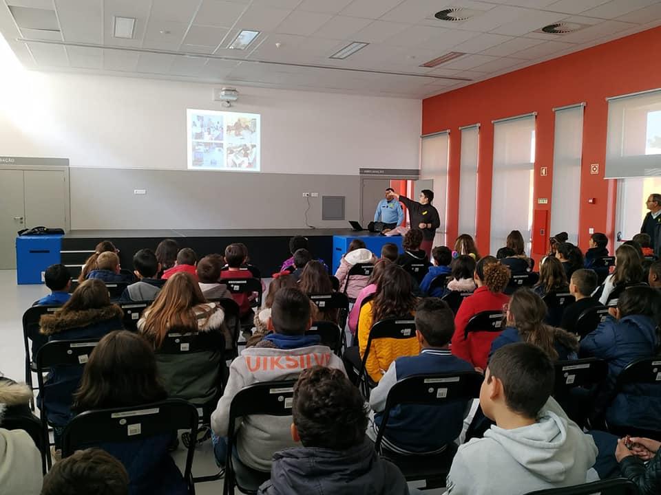 Professora Sara fala para plateia de alunos