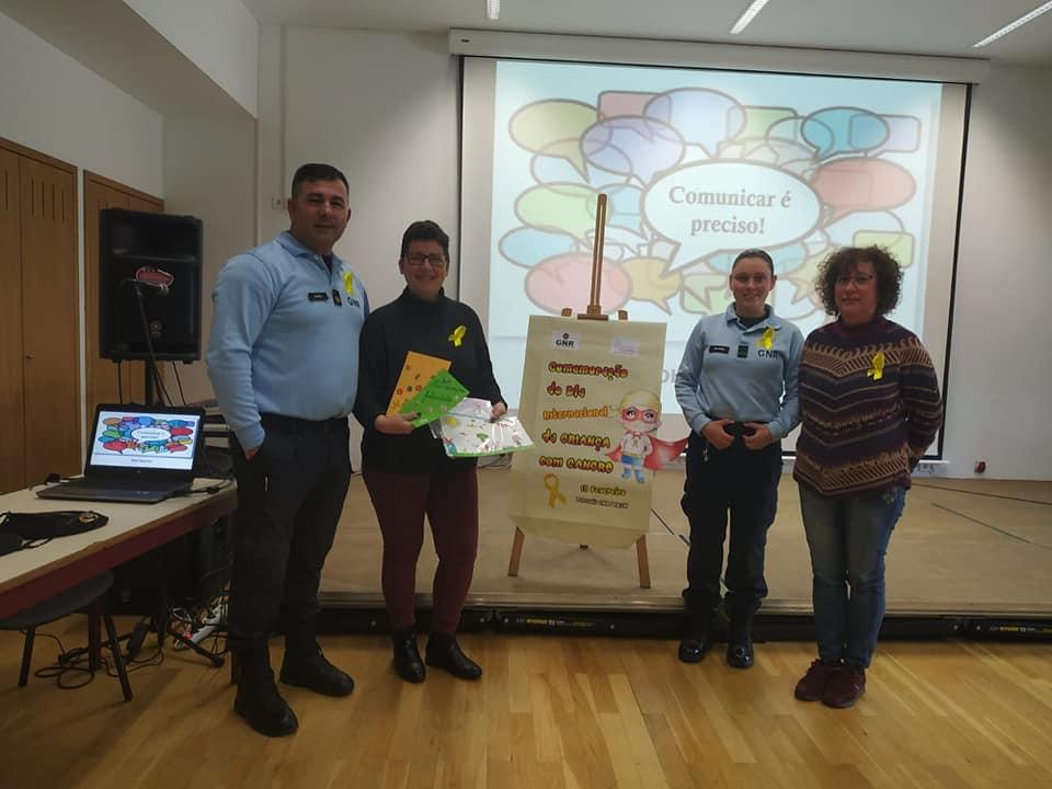 Professora Sara com agentes da Escola Segura e professora mostra postais