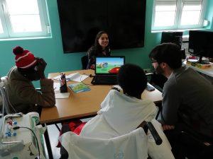 Dr. Tiago Vieira e alunos a ver apresentação no computador
