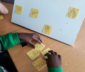 Um aluno a fazer pares de abraços com os quadrados escolhidos.