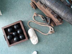 Alguns apetrechos do canhão: balas, cordas, pólvora.