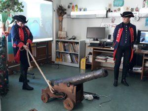 O soldado Baltazar arrasta o canhão mas sem jeito nenhum.