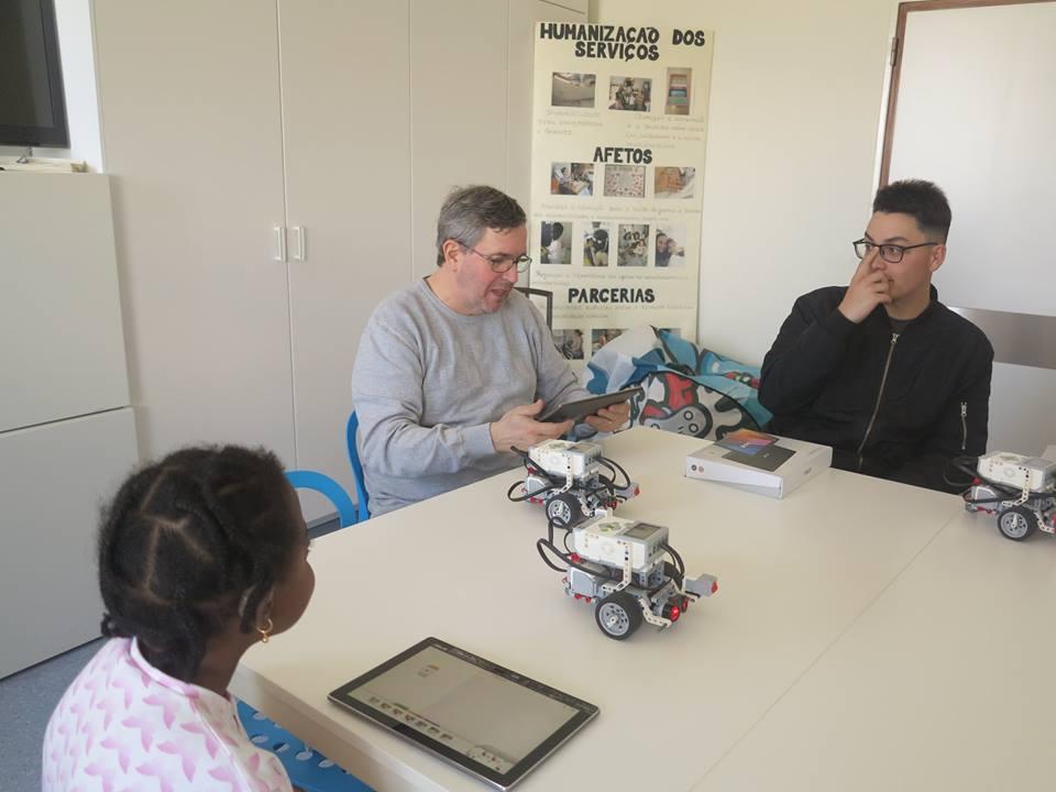 Porf Paulo Torcato e alunos com BOT e tablets