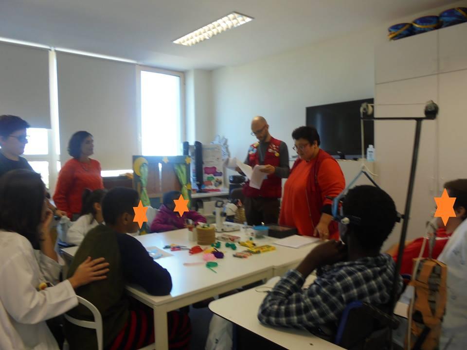 Evelina e o Filipe do Pavilhão do Conhecimento com alunos e professoras