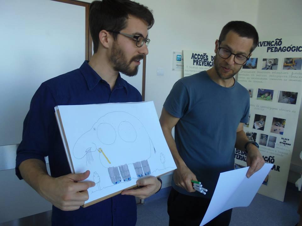 Ricardo e Rui mostram um elefante desenhado com nariz de pessoa
