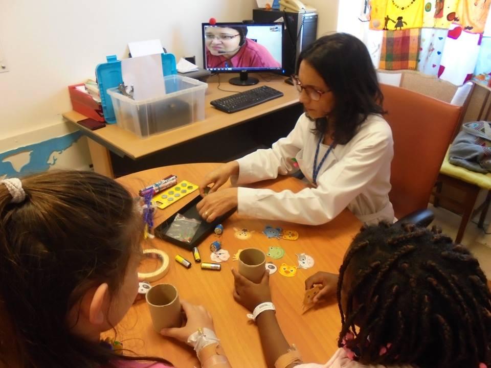 Professora Diana com alunas e Evelina no computador