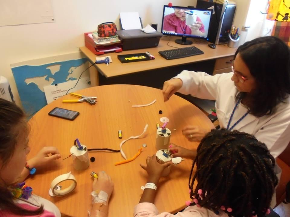Professora Diana com alunas e Evelina no computador - animais quase concluídos