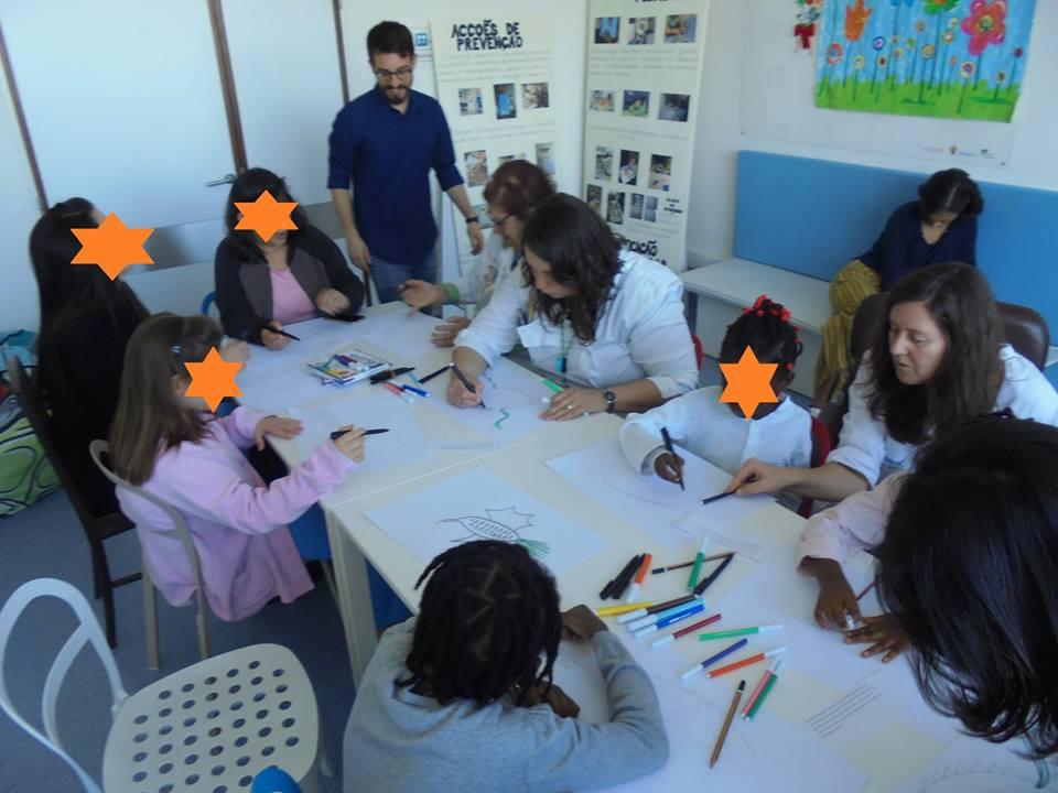 Alunos e adultos desenham e pintam as suas criações