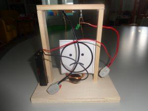 Moldura com um unsmile e fios eléctricos pretos e vermelhos