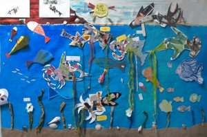 O painel exterior, o nosso jornal de parede, que representa o mar repleto de peixes bizarros.