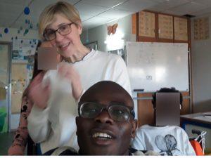 Uma selfie com o aluno Va em primeiro plano, a professora Sónia e mais dois alunos ao fundo.