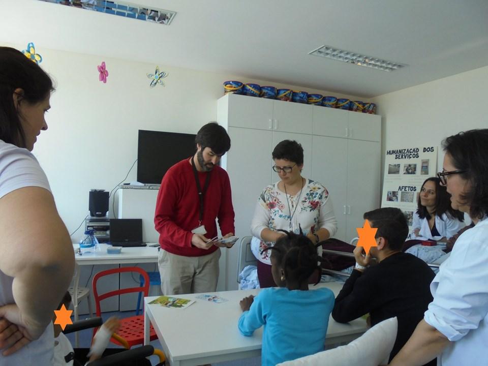 Tiago com professoras, educadoras e alunos