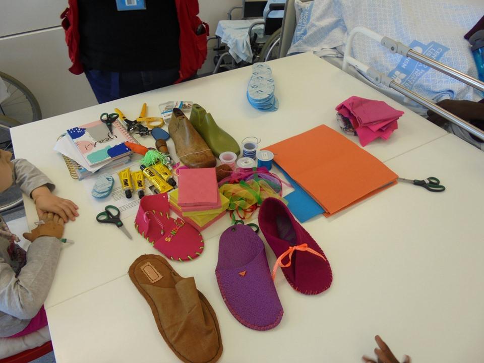 Mesa com sapatos e materiais de trabalhos manuais